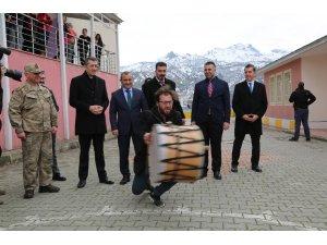 "Bakan Selçuk'a Tunceli'de ""Çılgın Davulcu"" şovu"