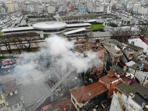 Fatih'te 3 katlı tarihi metruk bina alev alev yandı