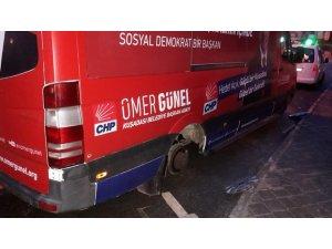 Kuşadası'nda CHP'li başkan adayının seçim minibüsünün lastikleri kesildi