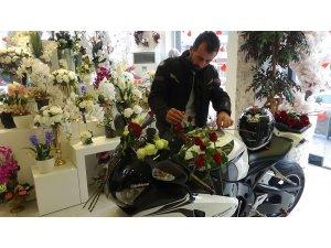 Sevgililer Günü'nde 'Sevgilim' dediği motosikletine gül aldı