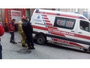 Hasta almaya giden ambulans dar sokakta mahsur kaldı