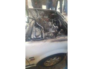 Alev alan otomobil itfaiye ekiplerince söndürüldü
