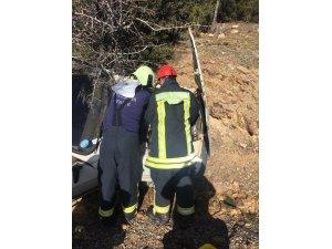 Ağaca çarpan otomobil sürücüsü araçta sıkıştı