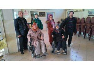 MS hastası iki kadının akülü araç sevinci