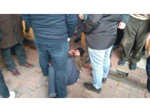 Sokak ortasında eşini darp eden adama esnaf dayağı
