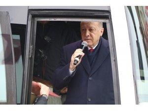Cumhurbaşkanı Recep Tayyip Erdoğan Güneysu'daki evinden çıkışında vatandaşlara seslendi