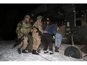 Kardan yol kapanınca hastanın imdadına jandarma helikopteri yetişti