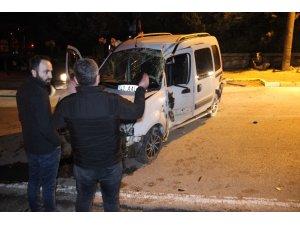 Kontrolden çıkan hafif ticari araç, önce duvara sonra elektrik direğine çarptı: 2 ağır yaralı