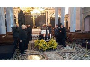 Patrik Mesrob Mutafyan'ın naaşı  saygı duruşu için katafalka konuldu