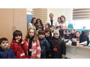 Minik öğrencilerden sağlık çalışanlarına kurabiye