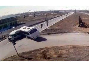 Polisleri taşıyan araçla yolcu minibüsünün çarpıştığı kaza kamerada