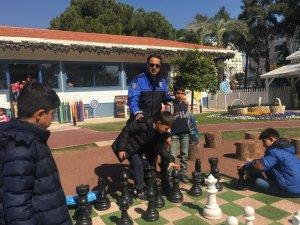 Antalya polisi çocukları hem eğlendirdi hem bilgilendirdi