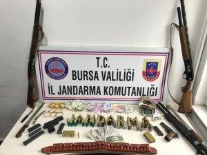 Uyuşturucu ve silahla yakalanan 2 kişi tutuklandı