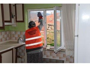 Akşehir Belediyesinin yaşlılara evde temizlik hizmeti sürüyor