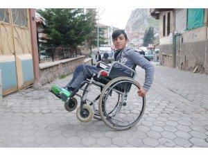 Engelsiz engelliden akrobatik hareketler