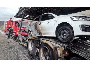 Erzincan'da araç yüklü tırda yangın çıktı