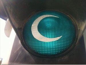 Trafik ışıkları Yeşilay için hilale büründü
