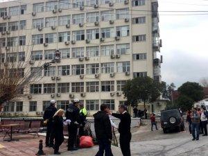 İzmir'deki Tepecik Eğitim ve Araştırma Hastanesi'nde yangın çıktı. İtfaiye ekipleri yangına müdahale ederken, hastanede bulunan hastalarda camlardan tahliye ediliyor.