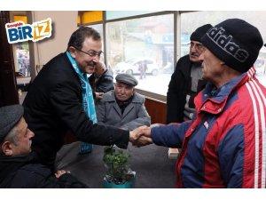 """Başkan adayı Deniz Köken """"sevgi yürüyüşü""""nde vatandaşlara çiçek dağıttı"""