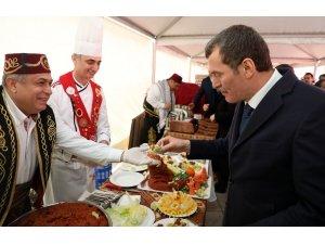 Çiğ köfte Festivali'nde vatandaşlara 2 ton çiğ köfte ikram edildi