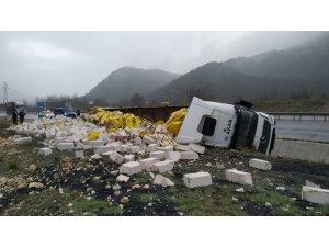 İnşaat malzemesi yüklü TIR devrildi, sürücü hafif yaralandı