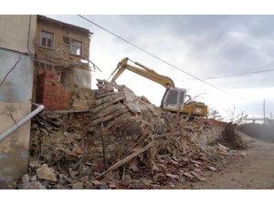 Köylerde metruk binalar tek tek yıkılıyor