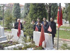 Şehit mezarları için bayrak direği imal ettiler