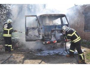 Kundaklanan minibüste başlayan yangın metruk binaya sıçradı