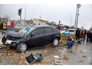 Otomobil trafik ışıklarına çarparak durabildi: 3 yaralı