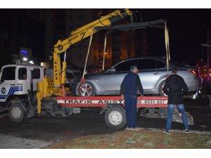 Kaza yapan araç sürücüsü otomobili bırakıp kaçtı: 2 yaralı
