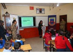 Siirt'te jandarma görev başında çocuklar güvende