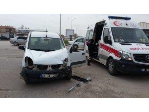 Hafif ticari araçla otomobil çarpıştı: 3 yaralı