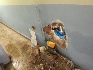 Duvarı delip marketi soydular