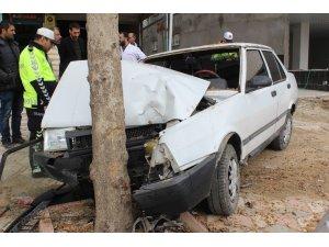 Elazığ'da otomobil ağaca çarptı: 4 yaralı