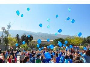 Manisa'da otizme mavi balon göndermesi