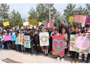 Samsatlı öğrenciler otizme dikkat çekmek için yürüdü