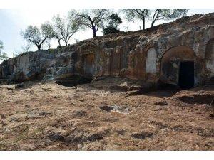 Hatay'da kaya mezarlar gün yüzüne çıkarılıyor