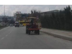 Traktörle tehlikeli yolculuk