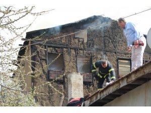 Bilecik'te 2 katlı kerpiç ev tutuştu, alevler yandaki eve sıçradı
