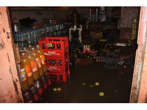 Diyarbakır'da sağanak yağış: ev ve iş yerlerini su bastı