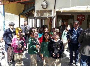Öğrenciler ve öğretmeler kapı kapı gezerek fidan dağıttı