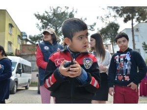 Özel çocuklar polis yeleği giydi, polis sireni çaldı