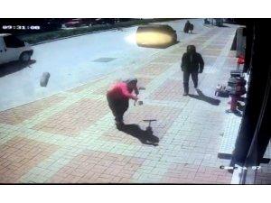 Kasap önünde kemik bekleyen köpeğe, parke taşıyla saldırdı