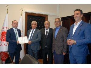 Başkan Aktan, mazbatasını alıp ilk imzayı attı
