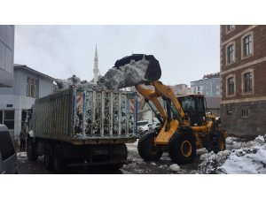 Nisan'da kar yağışı süren Karlıova'da 5 bin kamyon kar taşındı