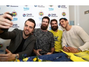 Fenerbahçe Beko'nun yıldızları, imza gününde taraftarlarla buluştu