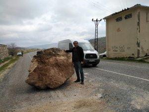 Gercüş'te yola dev kaya parçaları düştü