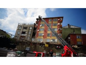 Ümraniye'de binanın çatısı alev alev yandı