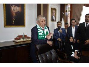 MHP'li Başkan Sarı'nın ilk işi makam kapısını söktürmek oldu