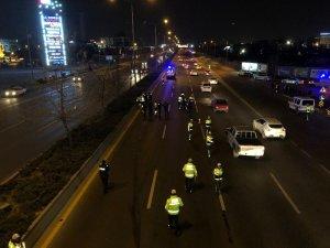 Başkent'te yolun karşısına geçmek isteyen kişiye araba çarptı: 1 ölü, 1 yaralı
